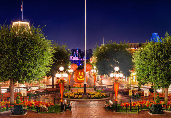 main-street-disneyland-night-halloween-M