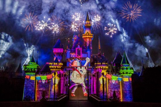 Together-Forever-A-Nighttime-Spectacular-3_2018_DL.0543-550x367